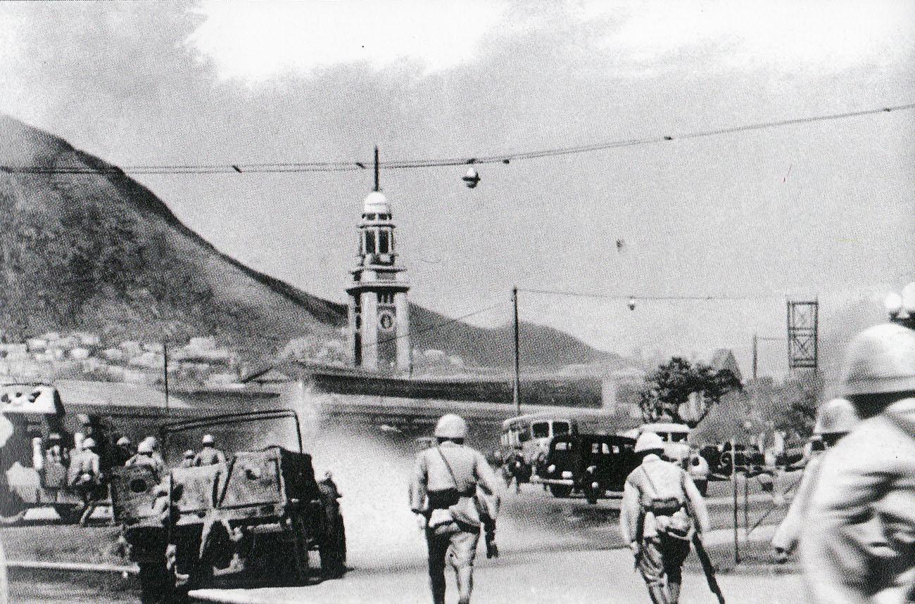 Ataque japonês a Hong Kong. Janpanese atack on Hong Kong. (Mainichi Newspaper, Japan - Jornal Maichini, Japão) Public Domain/ Domínio Público